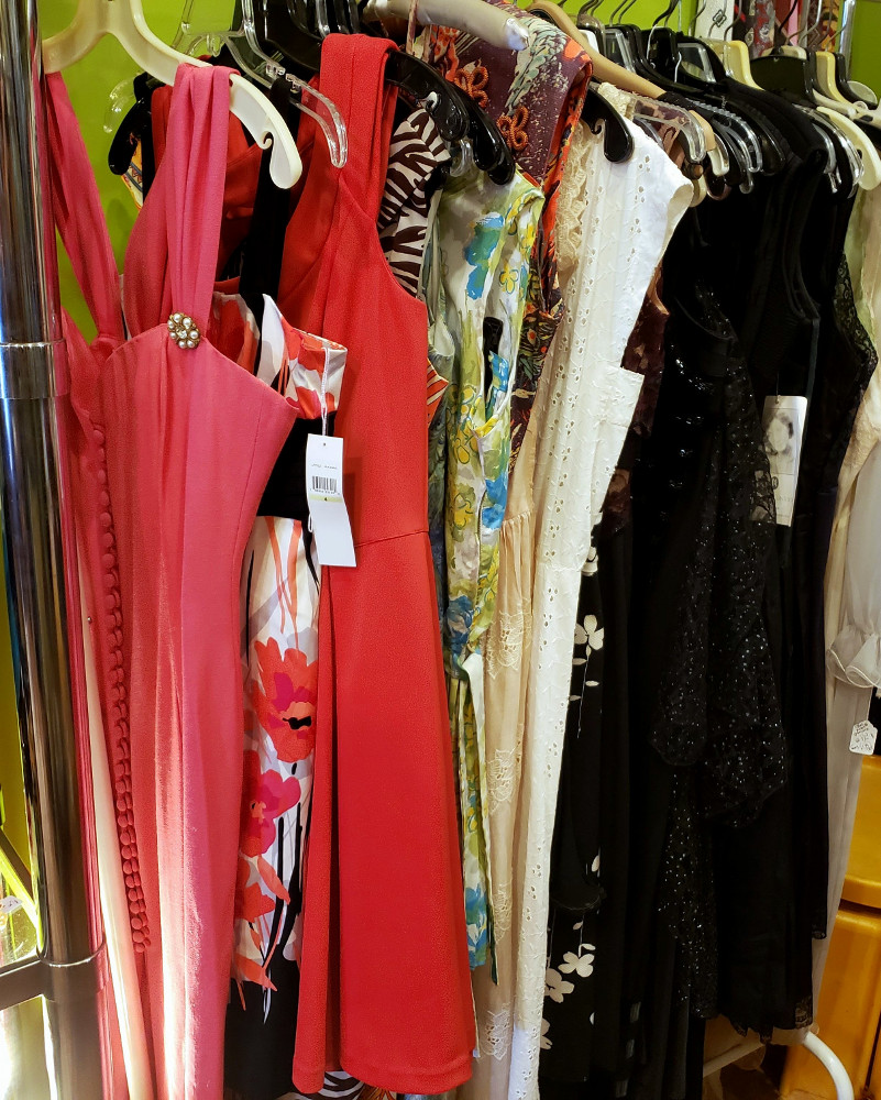Nice variety of vintage & other Spring & Summer dresses.